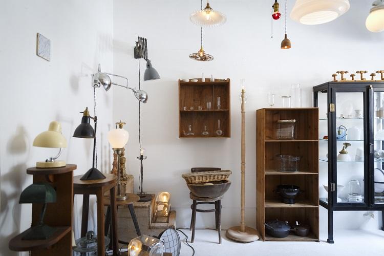 ペンダント、スタンド、壁付けなどさまざまなタイプがそろう。一室一灯ではなく、優しい明かりを多方向から楽しむ提案も