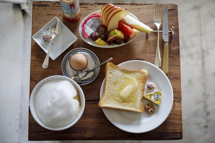 1日10食限定の「Parisのカフェセット」(3190円・税込み)。日本の飲食店でここだけの提供というソシソンセック(乾燥ソーセージ)のほか、厳選したパリの食材が並ぶ