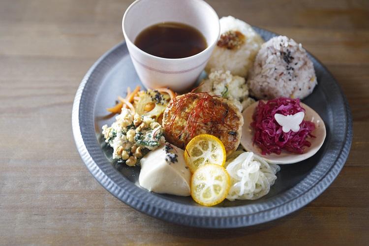 「彩りランチ」はふんわり握ったおにぎり2種に7〜8種類のおかず、スープが付く(単品1000円、ランチと和菓子セット1800円、いずれも税込み)