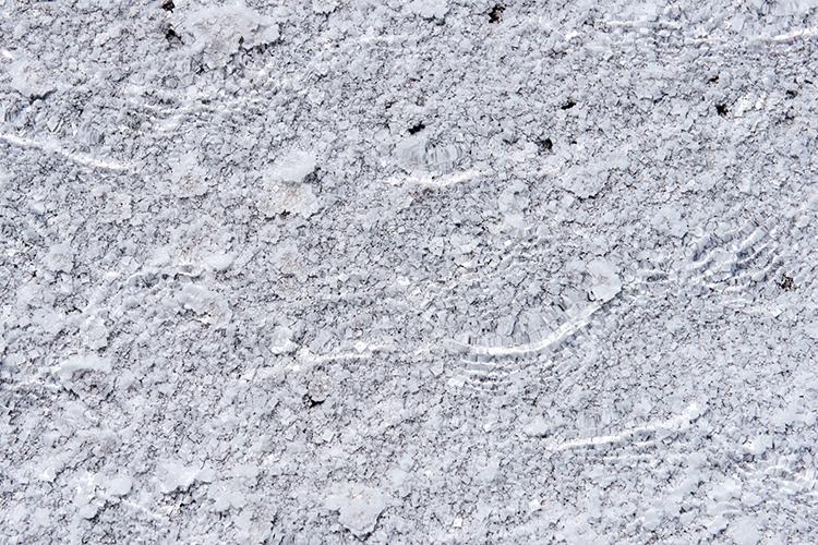 ウユニ塩湖をつくり出す塩の結晶
