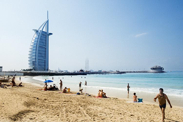 最高級ホテルを眺めながら過ごせるドバイのビーチ