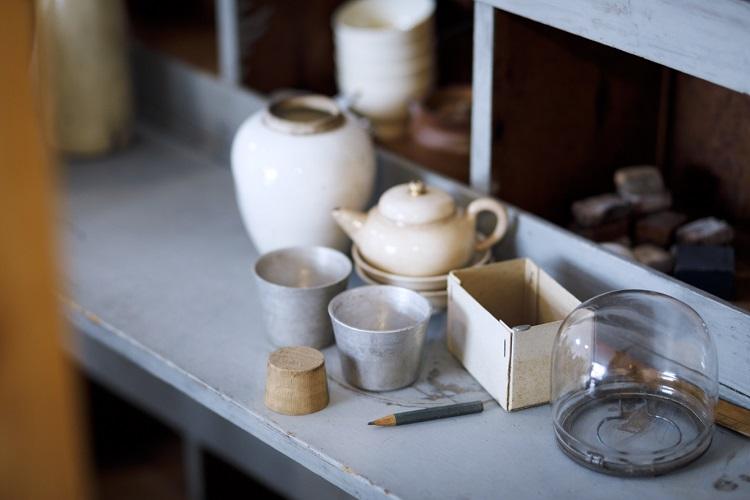 ガラス、陶磁器、アルミ、紙と素材もさまざまな古いものが並ぶ