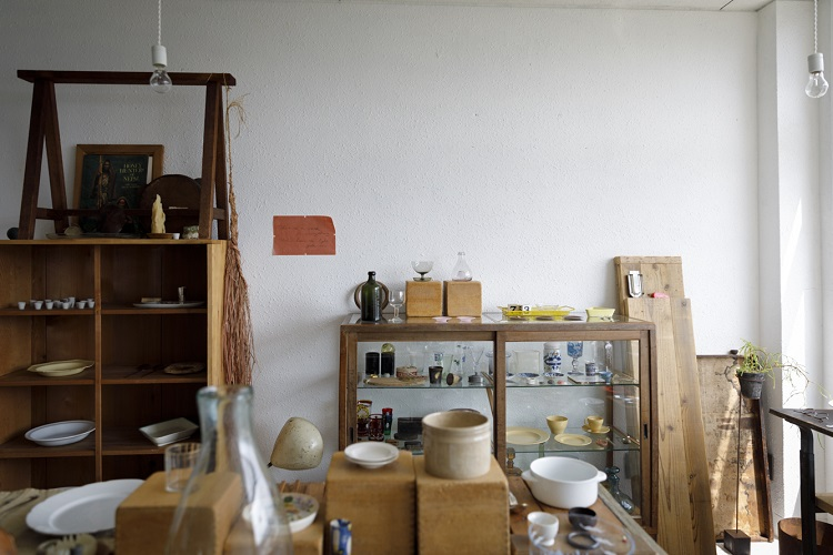 ヨーロッパを中心に買いつけた、陶磁器やガラス、カトラリーなど暮らしに採り入れやすいものが多い