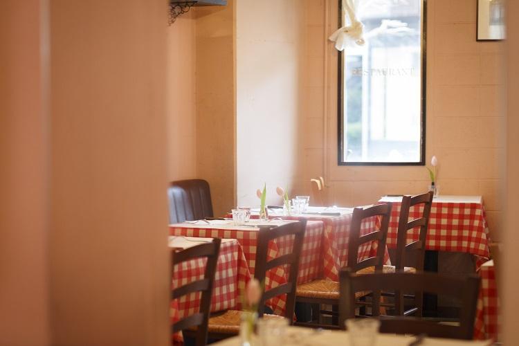 ギンガムチェックのテーブルクロスが古き良き食堂の雰囲気を醸し出す