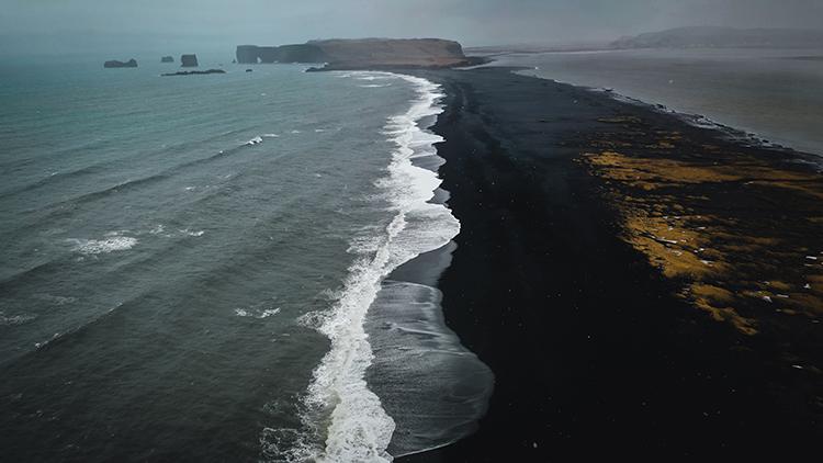 真っ黒なビーチ! スーパーブルーの洞窟はいずこ アイスランド(後編)