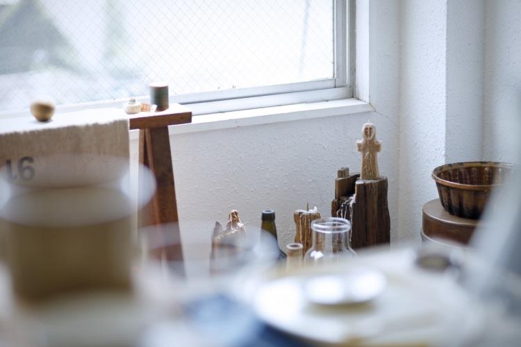 自然光が降り注ぐビルの4階。古道具のほか、パートナーの鈴木りえさんが作るキャンドルも