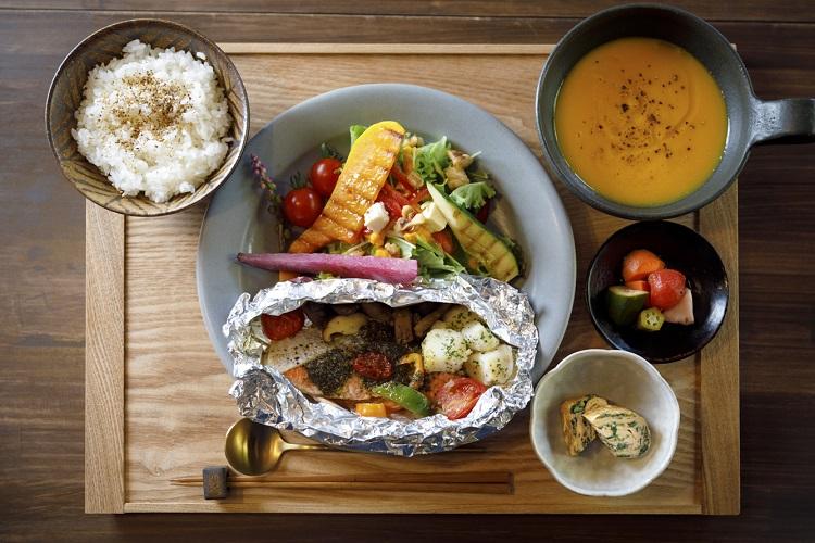 「すこやかセット」(1480円、ドリンク付きは+200円。税込み)。主菜はほぼ月替わり。この日は天然サーモンのホイル焼きがメイン