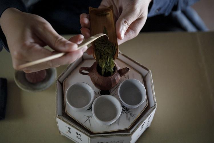 この日は、写真の中国茶の新茶「龍井茶」、昨冬手摘みされた台湾茶「東方美人」、5年熟成の日本紅茶「かなやみどり」の3種を飲み比べ