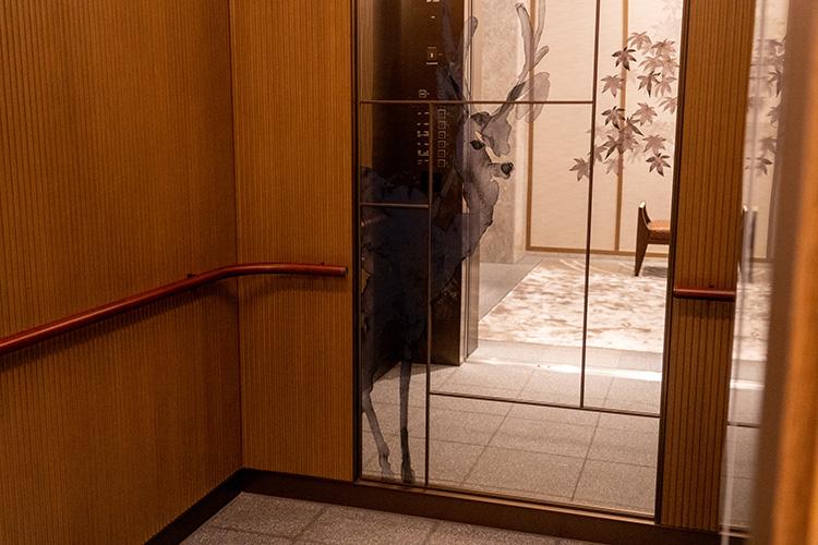 エレベーターが開くと、あら鹿さん! 館内随所で鹿のモチーフやアートを見ることができます