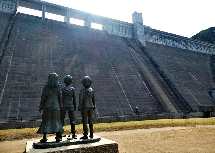 3人の像と大山ダム。もし巨人が出現したら……と想像力がはたらきます