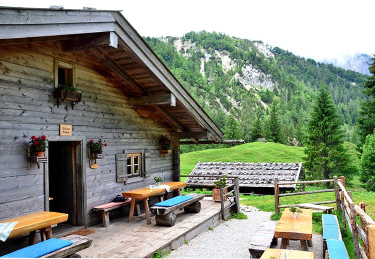 山小屋があります