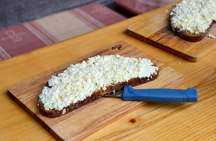 自家製の白いチーズをのせたパン