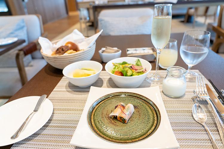 最初に出てきた千枚漬けを用いた料理。サラダにはホテル内にあるミニ菜園「JWガーデン」で育った野菜やハーブなども