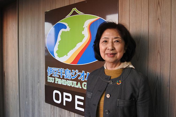 伊豆半島ジオガイド協会会長の仲田慶枝さん。わかりやすく、黄金崎の成り立ちについてお話しいただけました
