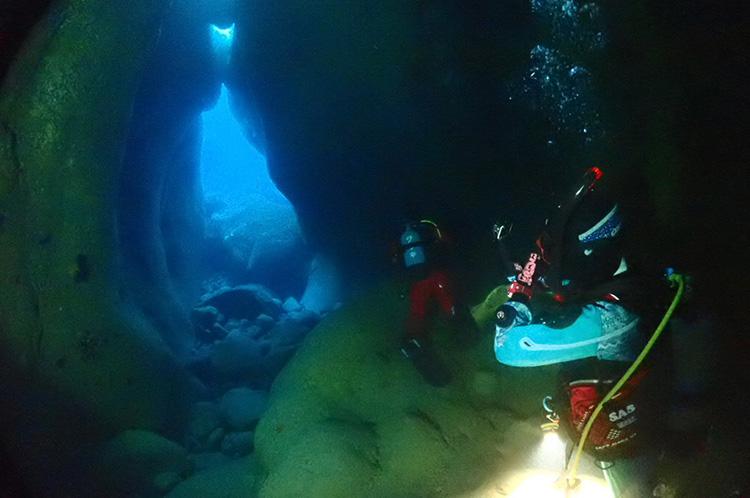 水面下にも、海のジオサイト。浸食が進みやすい地質ゆえ、海中から入れる洞窟があります。洞窟の奥にはエアドームが ©黄金崎ダイブセンター