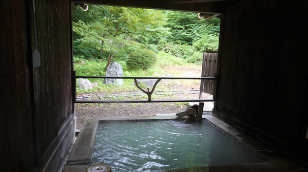 秋田杉の森の一軒宿 白濁硫黄の秘湯「日景温泉」