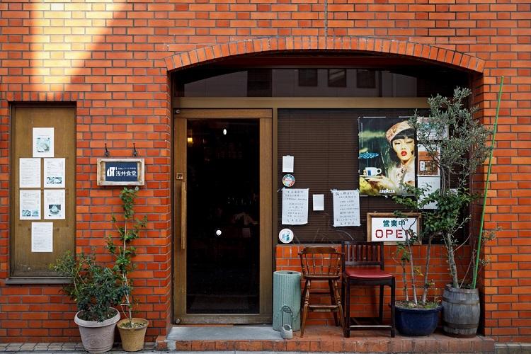 赤レンガの外観にアーチ状の入り口がレトロで愛らしい