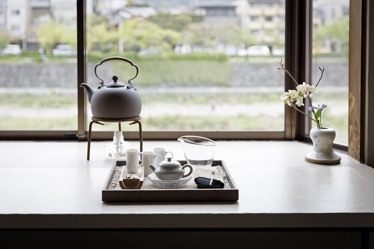 鴨川をのぞむ2階席。茶室とガラリと雰囲気が変わり、開放的な雰囲気で自分のペースでお茶をいただく