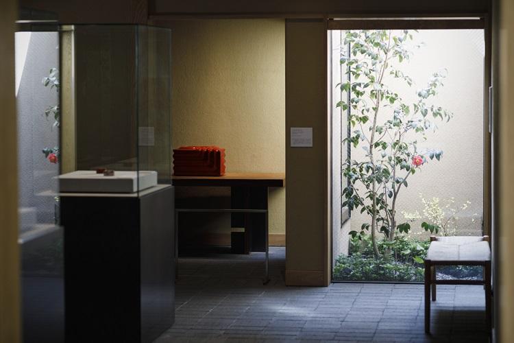 黒田氏独特の「ひねり」の意匠の漆器などが展示される1階展示室