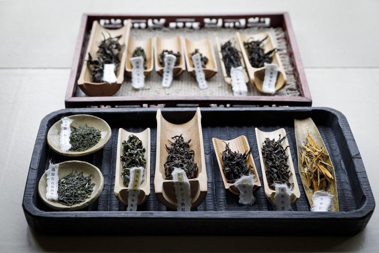 日本・台湾・中国のさまざまなお茶がそろう。「茶席コース」のほか、単品で喫茶も可能(茶葉により900円〜+お湯代300円)