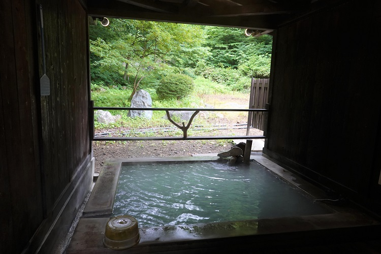 硫黄、炭酸、塩の濃厚な温泉で血行促進