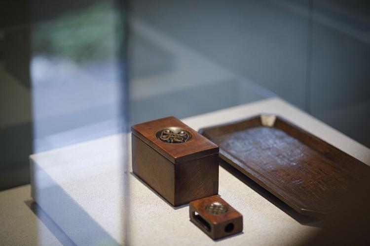 本店ショーウィンドーの飾板にも見られる「宝結文」が彫られた煙草(たばこ)入れ