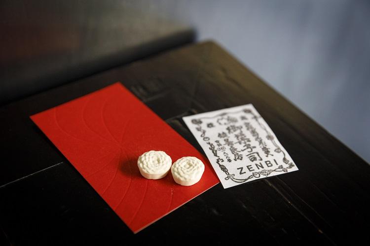 鑑賞券は黒田氏の作風を赤地に空押し印刷で表現。「小菊」が二つ添えられる