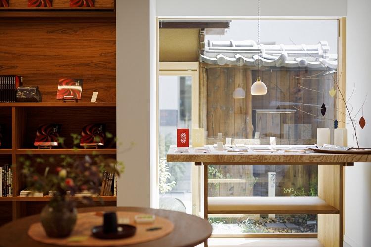 「Z plus」では図録やグッズのほか、アンティークショップ「昂−KYOTO−」の店主・永松仁美氏がセレクトした現代の工芸品が並ぶ