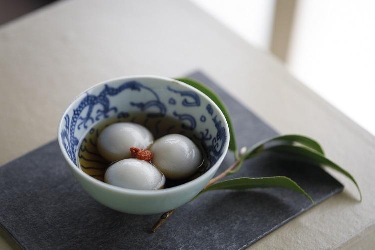 「茶席コース」(1名4400円・税込み)は、3種のお茶、合間に2種の茶菓が付く。こちらは「タンユェン」という黒胡麻(ごま)あんの入った白玉にシロップをかけたデザート