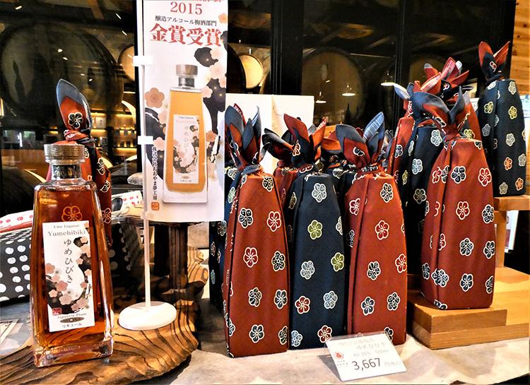 「樽仕込高級梅酒ゆめひびき」は税込み3667円。瓶(左)もおしゃれで、風呂敷に包んで販売されています