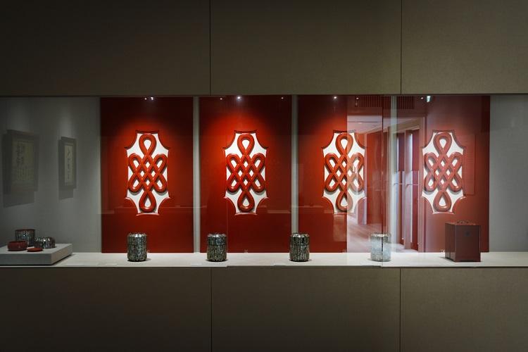 「赤漆宝結文飾板」と螺鈿のくずきり用器。花街特有の仕出し文化を物語る岡持ちも