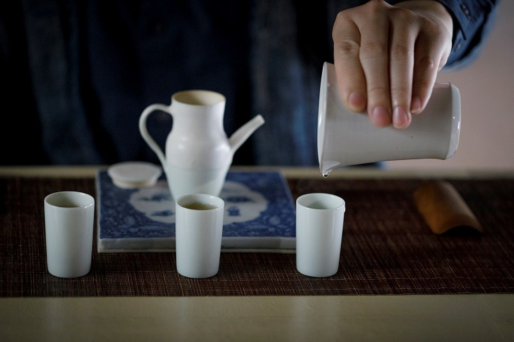 お茶によって茶器も変え、しつらえを楽しむ。この日「東方美人」の茶器に選んだのは淡い緑の釉薬(ゆうやく)が美しい茶壷(チャフー)で