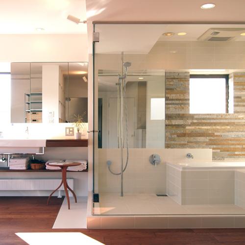 光ふりそそぐガラス張りの浴室を2階に