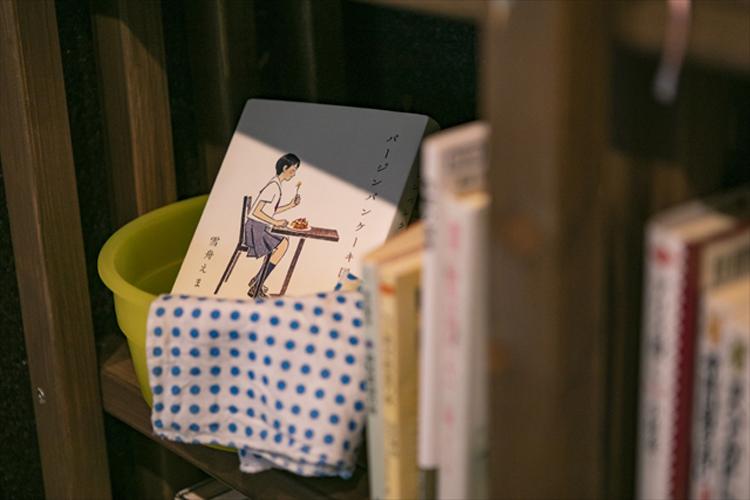 """「本に触れる機会を……」開湯1000年の温泉街に""""8畳ひと間""""の古本屋を営む24歳"""
