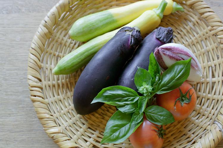 まだまだ楽しみたい夏野菜で、香ばしいグリルサラダを