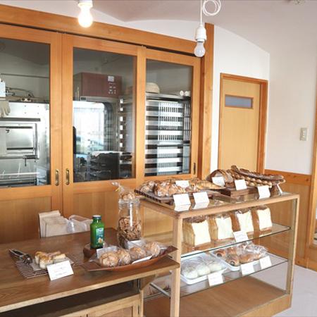 蔵造りの建物に白壁、格子戸……江戸時代にパン屋があったらこんな感じ?/ ももふくふく