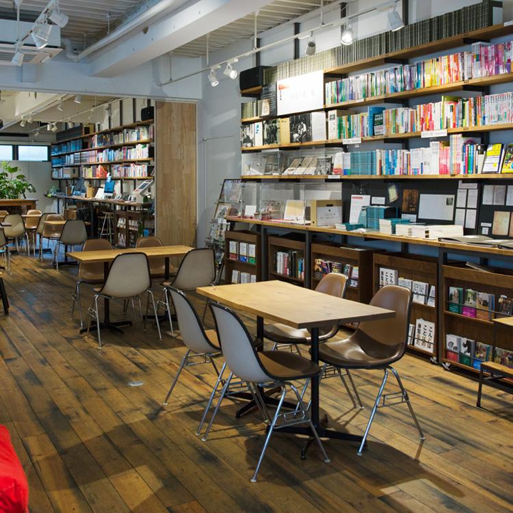 <99>壁一面に語学書、地域と世界をつなぐ店「GLOCAL CAFE」