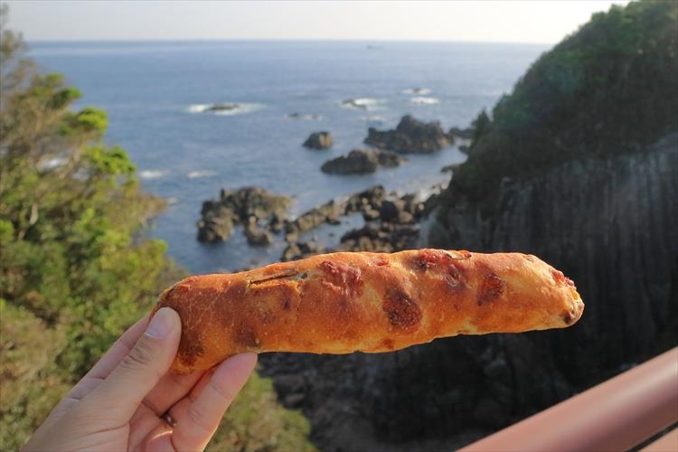 【パンと絶景】和歌山の絶景「橋杭岩」を見ながら食べる本州最南端のパン/nagi