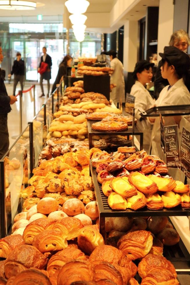 新宿の名店、「パン対ゴハン。」のポスターと共に復活/ル・プチメック日比谷