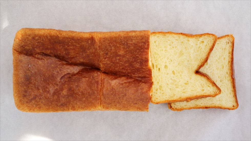 形がちがうバゲットの前に「1」「2」の数字、パン名ではなく数字で売るパン屋さんの狙い/_AND Bread