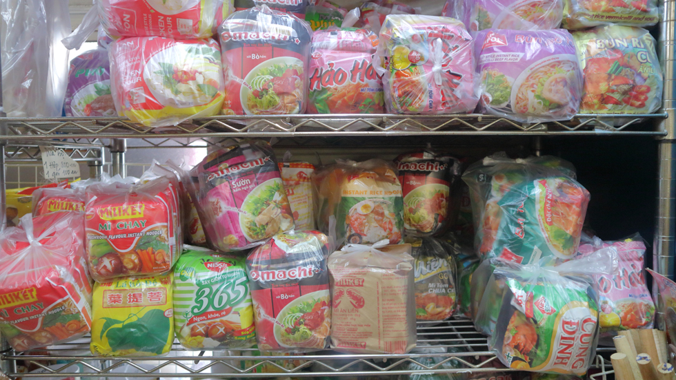 """ベトナム語の看板が出ているプレハブで食す""""本物""""のバインミー/タンハー"""