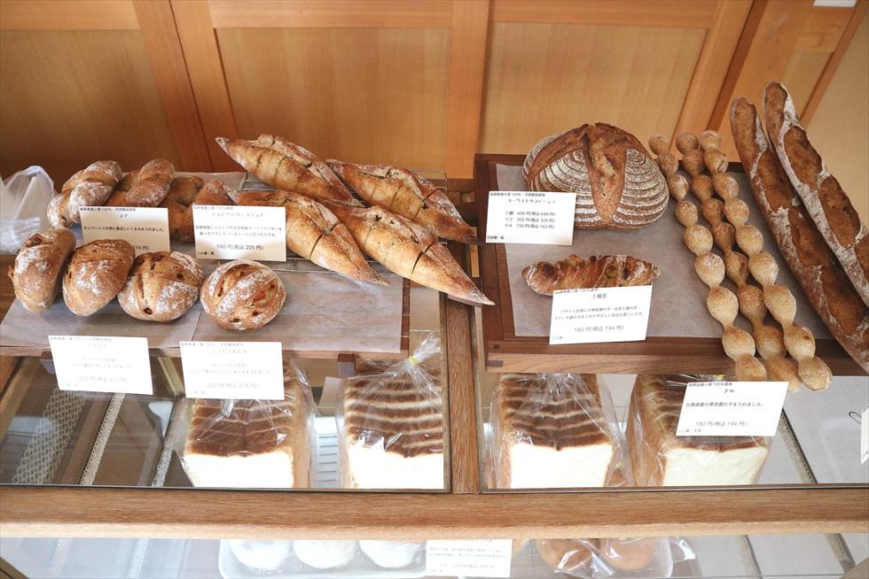 蔵造りの建物に白壁、格子戸……江戸時代にパン屋があったらこんな感じ?/ももふくふく