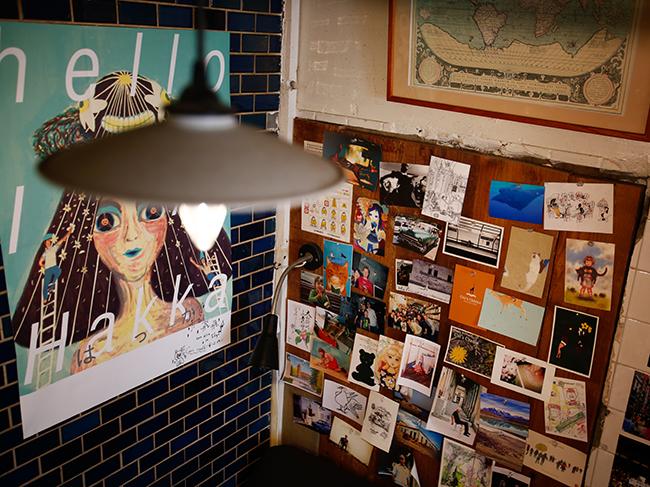 "<strong><a href=""http://www.asahi.com/and_w/interest/gallery/bookcafe02/"">写真特集はこちら</a></strong>"