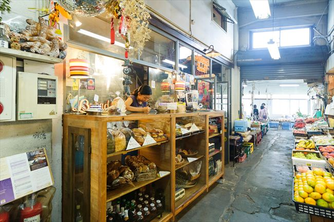 市場の中にある店は、中近東のバザールの雰囲気が