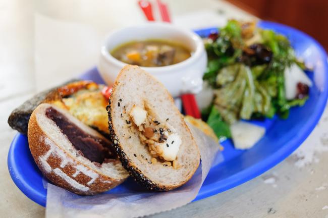 野菜たっぷりのスープとサラダに、パラダイス・アレイのパンがつくランチ