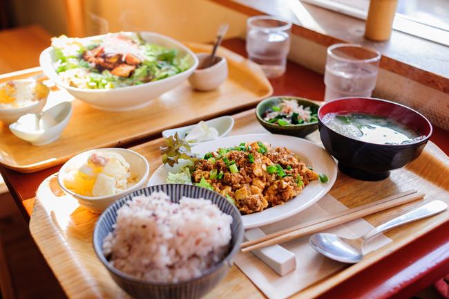 定食(950円)の一例は、食堂コバカバの人気定番、麻婆豆腐