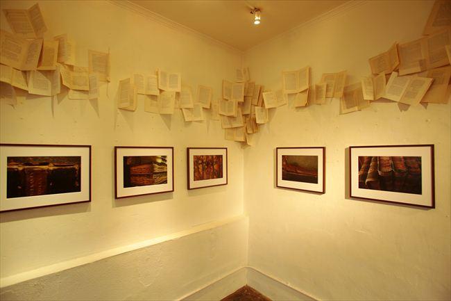 インタビューの日、写真家・福岡陽子さんの作品がギャラリーに展示中だった。古い本の趣をとらえる写真が並んでいた