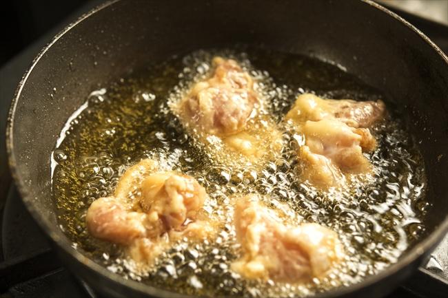小さいフライパンを使えば、少量の油で唐揚げを揚げられます。調理後の油の処理も楽になりますよ