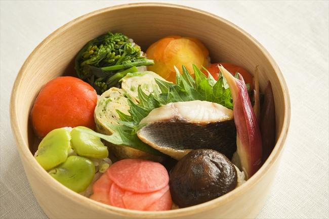 <献立>手鞠寿司 (しいたけ、空豆、スモークサーモン、にんじん、菜の花、だいこん)/イサキの西京漬け焼き/みょうがの甘酢漬け/絹さや入り卵焼き)