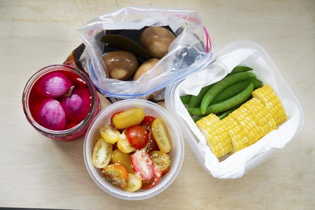 ゆでとうもろこしは、キッチンペーパーを敷いたタッパーに保存すれば水っぽくなりません。ピクルスやナムルも季節の野菜を使ってバリエーションを出せますよ